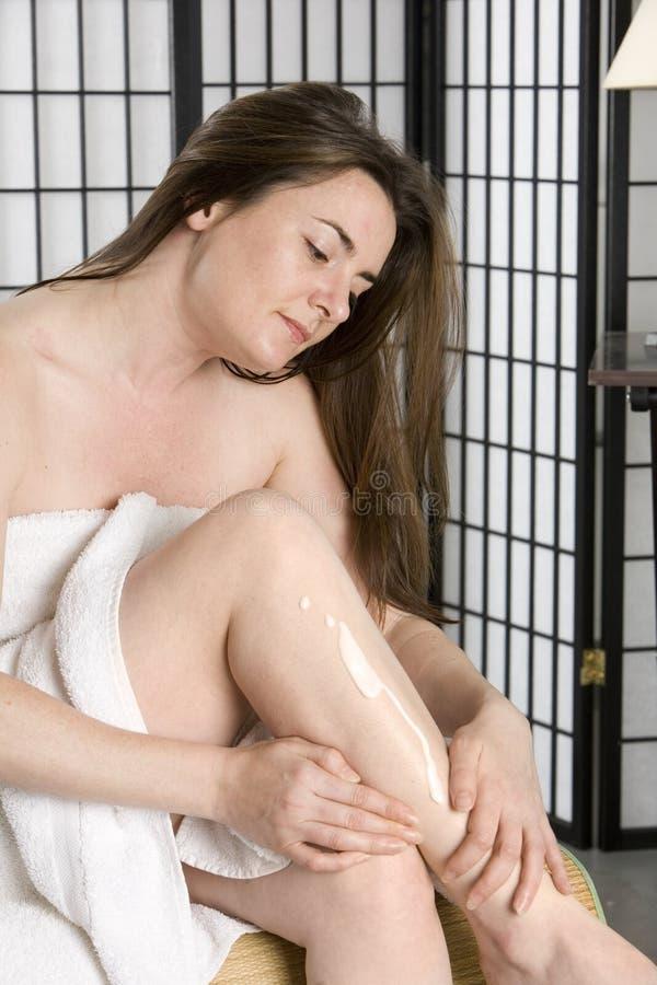 lotion som moisturizing nätt sättande kvinnabarn royaltyfria foton