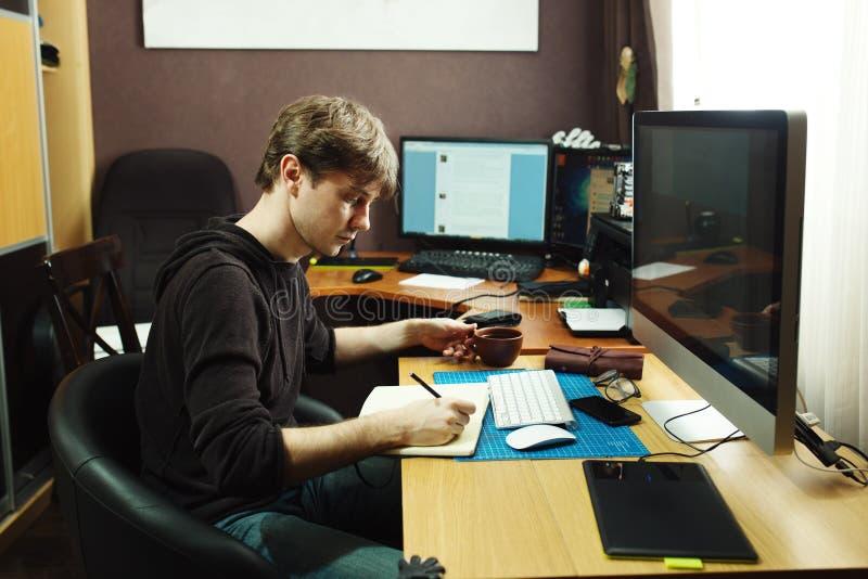 Lotisseur indépendant et concepteur travaillant à la maison photos libres de droits