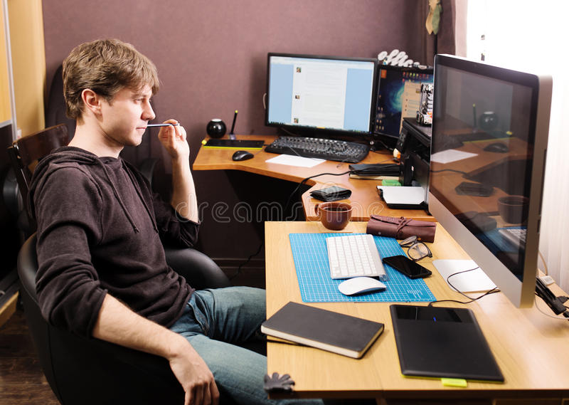 Lotisseur indépendant et concepteur travaillant à la maison photos stock
