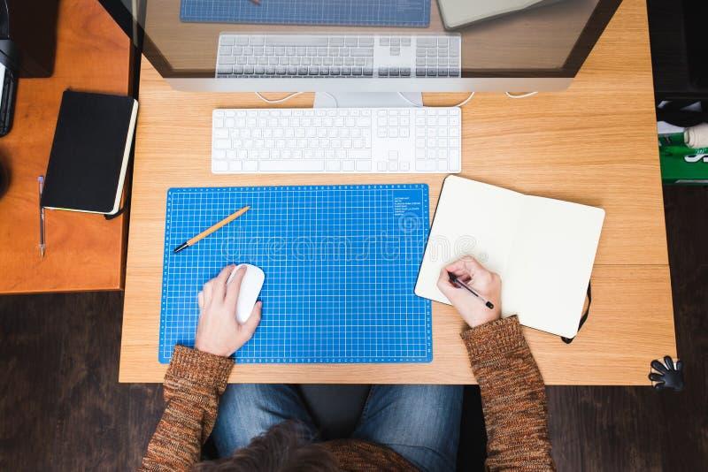 Lotisseur ou concepteur indépendant travaillant à la maison images stock