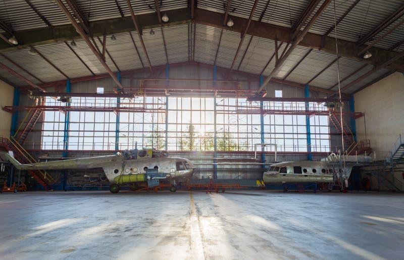 Lotnictwa wyposażenia naprawy w hangarze fotografia royalty free