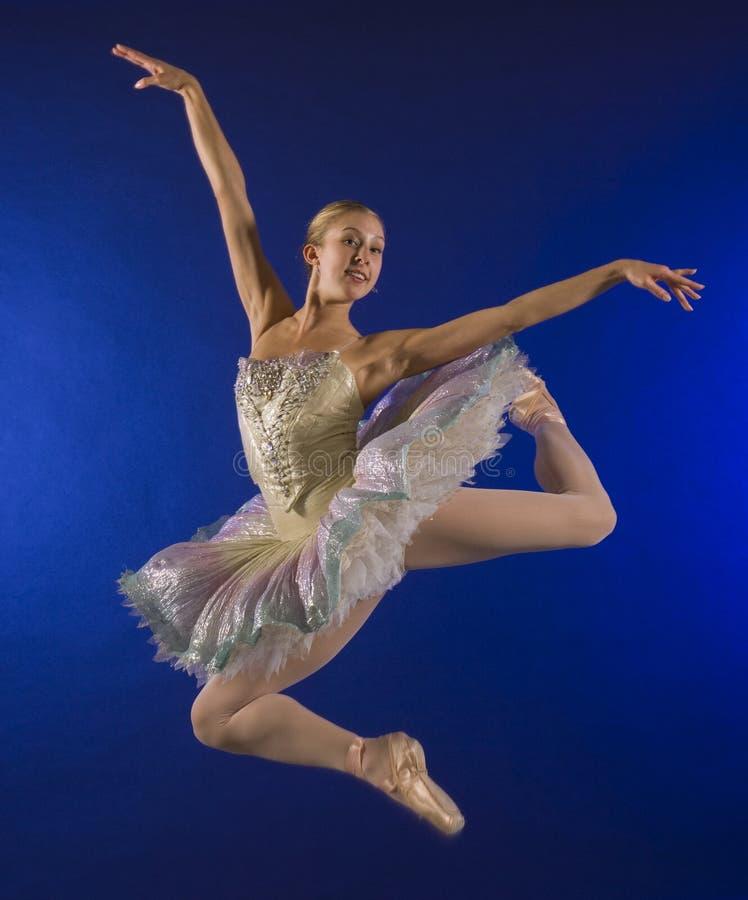 lotnicza balerina skacze w połowie zdjęcia royalty free