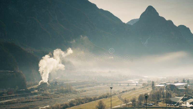 Lotnicza zanieczyszczanie łatwość w rzecznej dolinie, północny Włochy zdjęcie stock