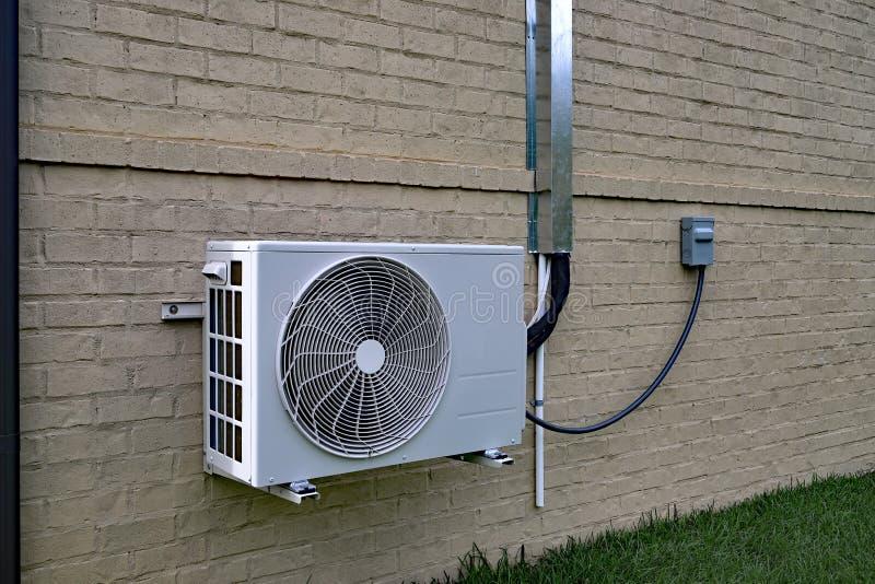 Lotniczego Conditioner mini rozszczepiony system obok domu z ścianą z cegieł obraz stock