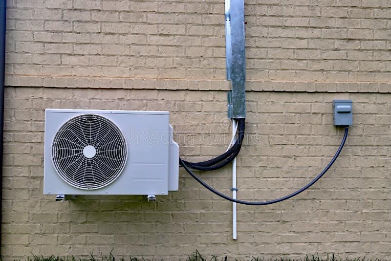 Lotniczego Conditioner mini rozszczepiony system obok domu z ścianą z cegieł fotografia royalty free