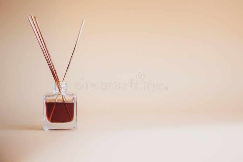 Lotniczego freshener kije na begie tła słoju aromata szklanym bambusie wtykają fotografia stock