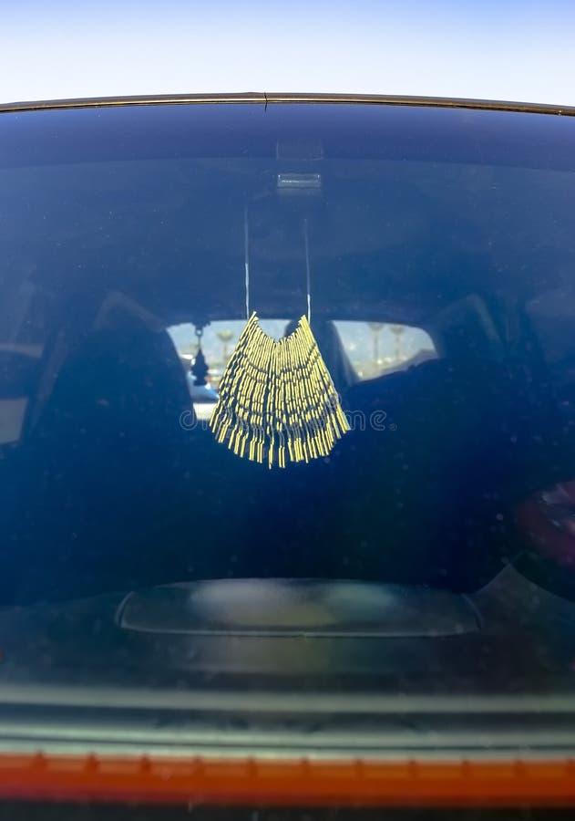 Lotniczego freshener obwieszenie w samochodzie na tylni widoku lustrze fotografia royalty free
