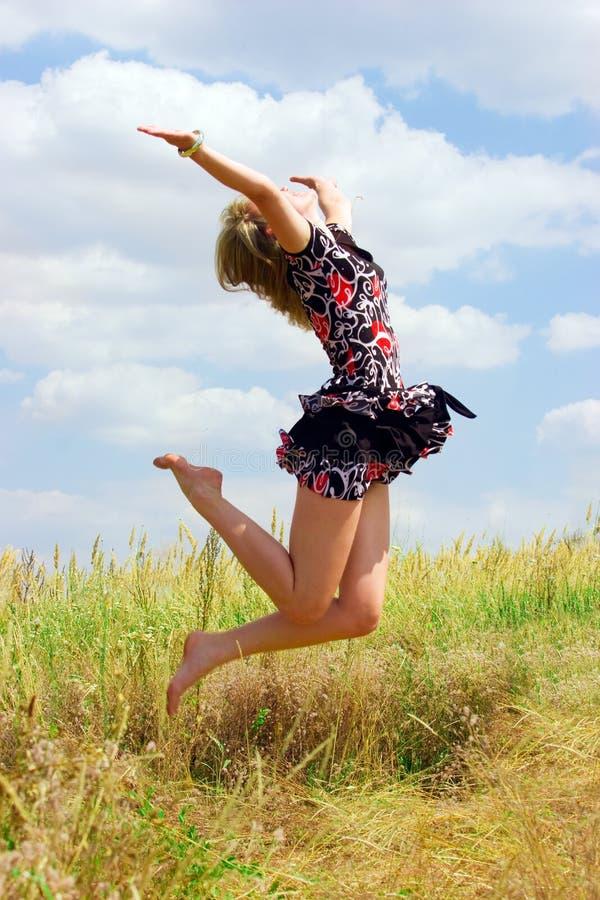 lotniczej pięknej dziewczyny szczęśliwy doskakiwanie zdjęcie royalty free