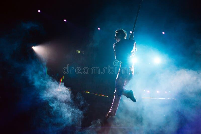 Lotniczy akrobata w cyrkowym pierścionku obraz stock