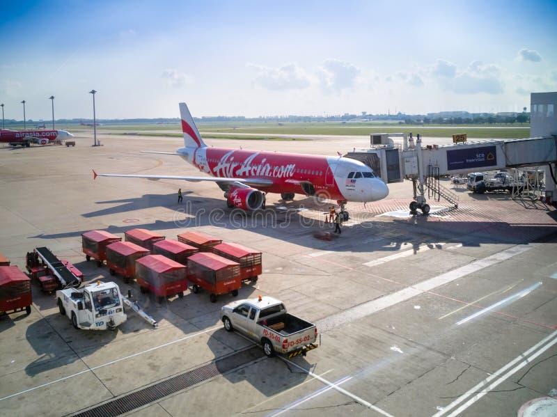 Lotniczy Azja samolot przy Donmueang lotniskiem międzynarodowym, Bangkok zdjęcie royalty free