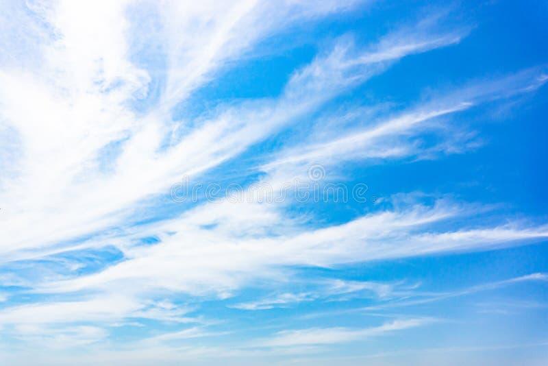 Lotniczy biel chmurnieje w niebieskim niebie zdjęcie royalty free