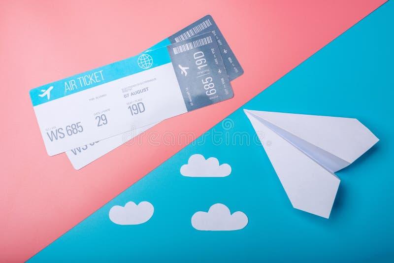 Lotniczy bilety i papier heblują na pastelowym tle, topview Conce obraz royalty free