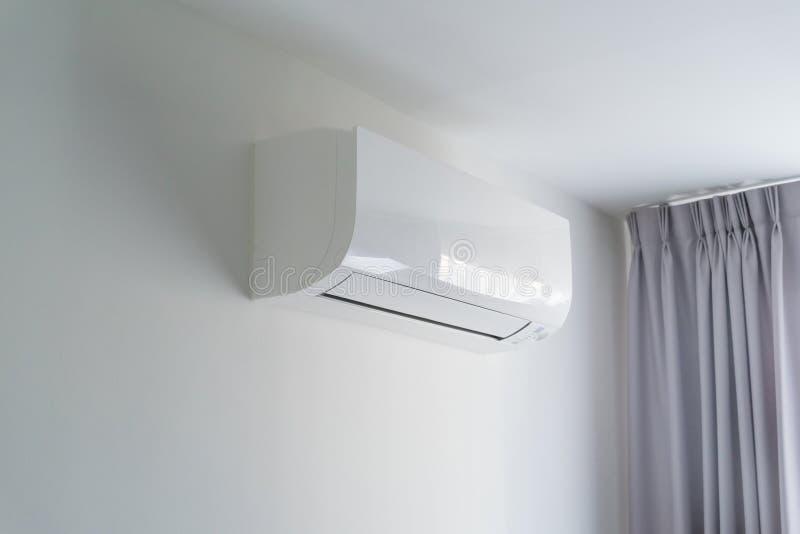 Lotniczy conditioner na biel ścianie w mieszkanie pokoju obrazy stock