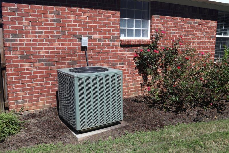 Lotniczy Conditioner system obok domu zdjęcia royalty free