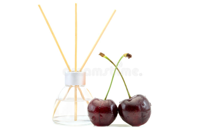Lotniczy fresheners z czereśniowym perfumowaniem w pięknym szklanym słoju z kijami odizolowywającymi na bielu obraz royalty free