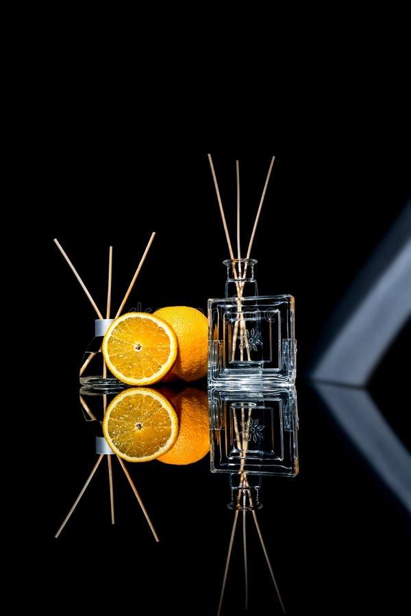 Lotniczy fresheners z pomarańczowymi owoc czują w pięknych szklanych słoje z i plasterek pomarańcze kijami i całą pomarańcze fotografia stock