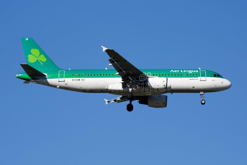 Lotniczy lingus Aerobus A320 EI-EZW samolotu pasażerskiego lądowanie przy Madryt Barajas lotniskiem zdjęcia stock