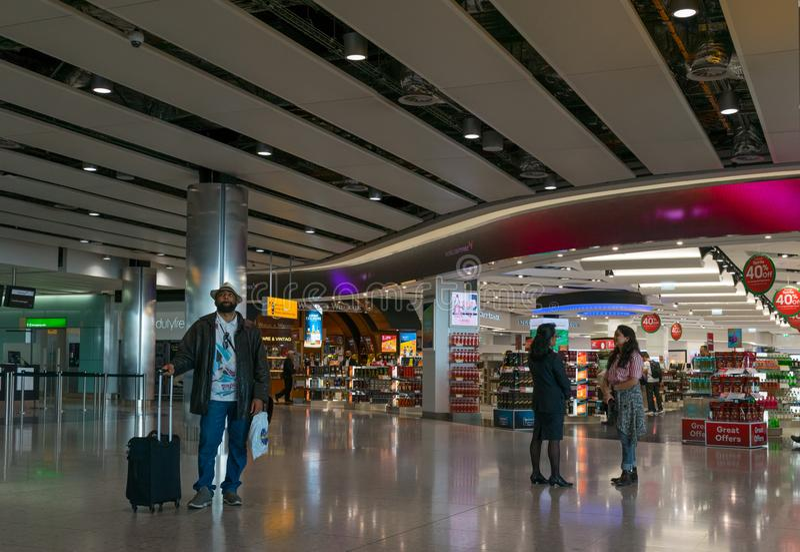 Lotniczy podróżnicy przy Heathrow lotniskiem w Londyn fotografia royalty free