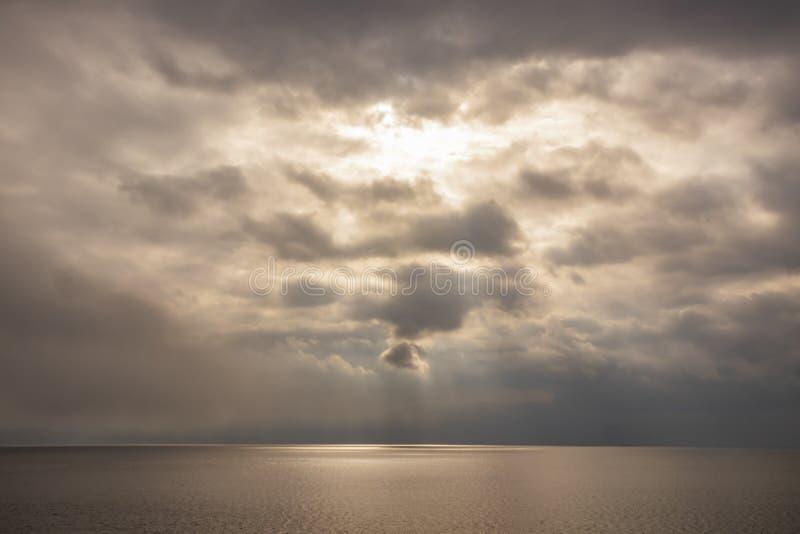Lotniczy ruchy przy niebem w chmurnej pogodzie fotografia stock