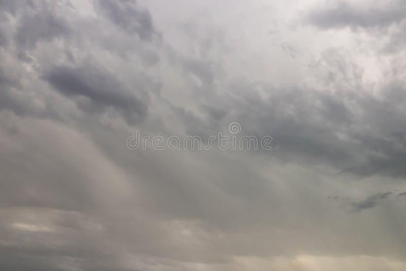 Lotniczy ruchy przy niebem w chmurnej pogodzie zdjęcia stock