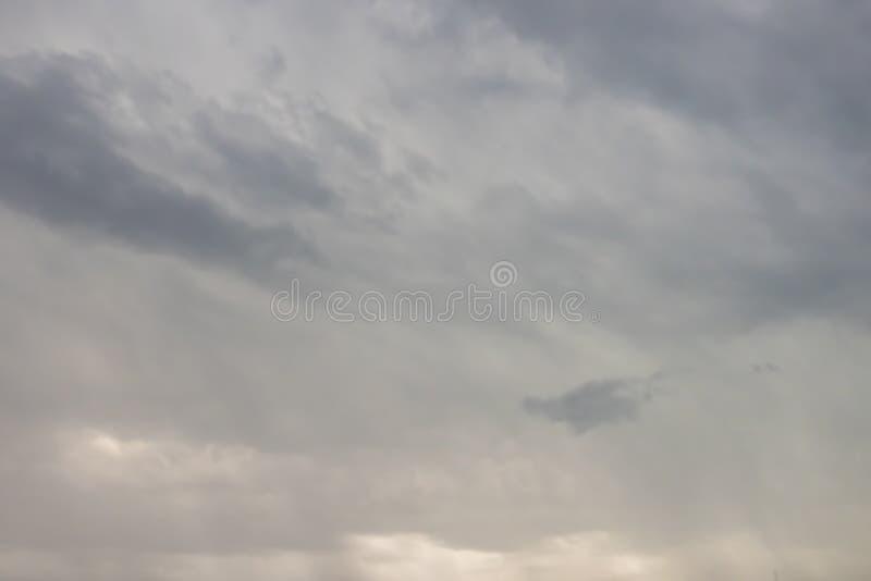 Lotniczy ruchy przy niebem w chmurnej pogodzie obraz royalty free