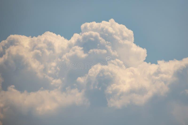 Lotniczy ruchy przy niebem w chmurnej pogodzie obrazy stock