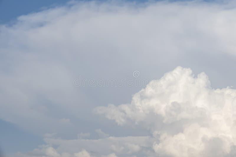 Lotniczy ruchy przy niebem w chmurnej pogodzie obrazy royalty free