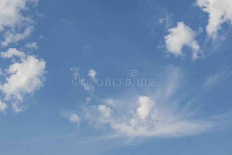 Lotniczy ruchy przy niebem w chmurnej pogodzie obraz stock