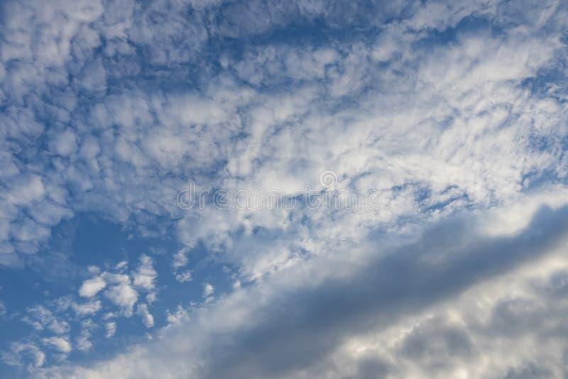 Lotniczy ruchy przy niebem w chmurnej pogodzie fotografia royalty free