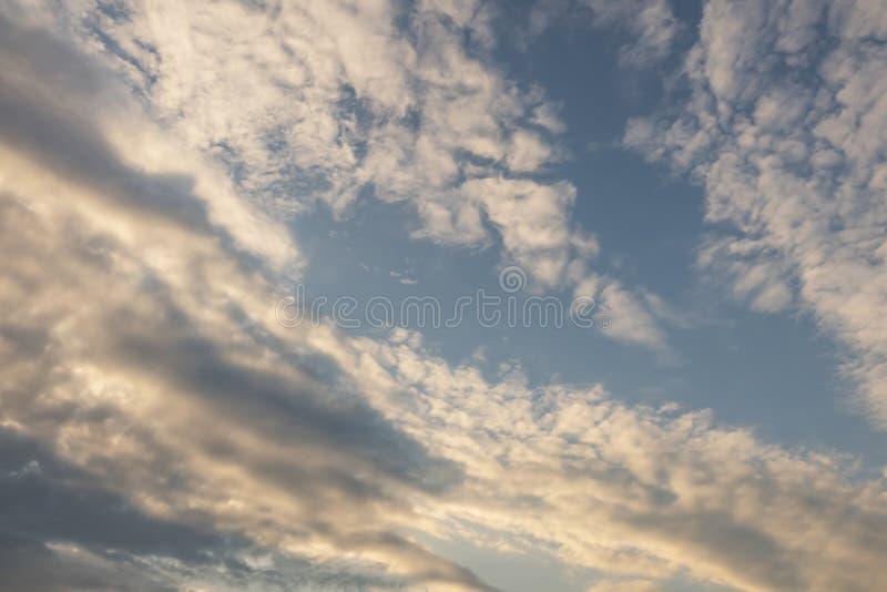 Lotniczy ruchy przy niebem w chmurnej pogodzie zdjęcie royalty free