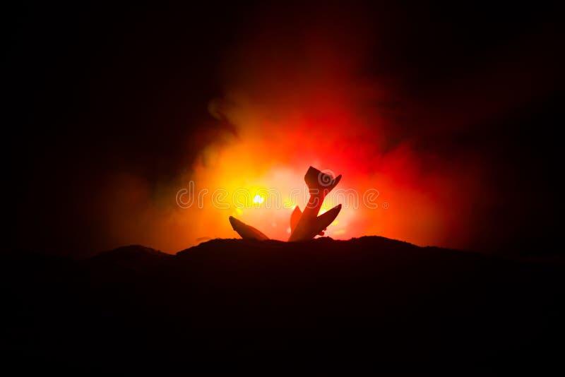 Lotniczy trzask Płonący spada samolot Samolot rozbijający ziemia Dekorujący z zabawką przy zmroku ogienia tłem Lotniczego wypadku ilustracji