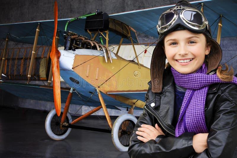 Lotnik, szczęśliwa dziewczyna przygotowywająca podróżować z samolotem. fotografia stock