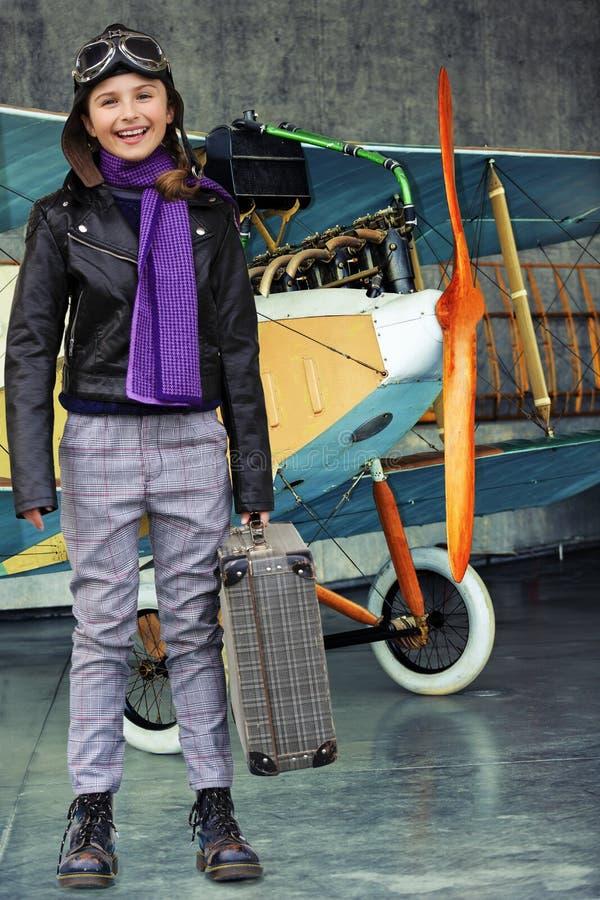 Lotnik, szczęśliwa dziewczyna przygotowywająca podróżować z samolotem. zdjęcia stock