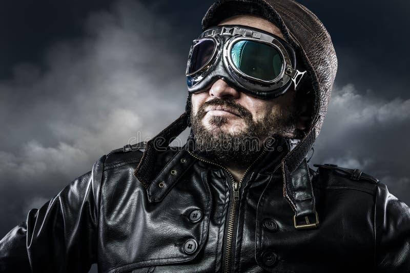 Lotnik z szkłami i rocznika kapeluszem z dumnym wyrażeniem fotografia royalty free
