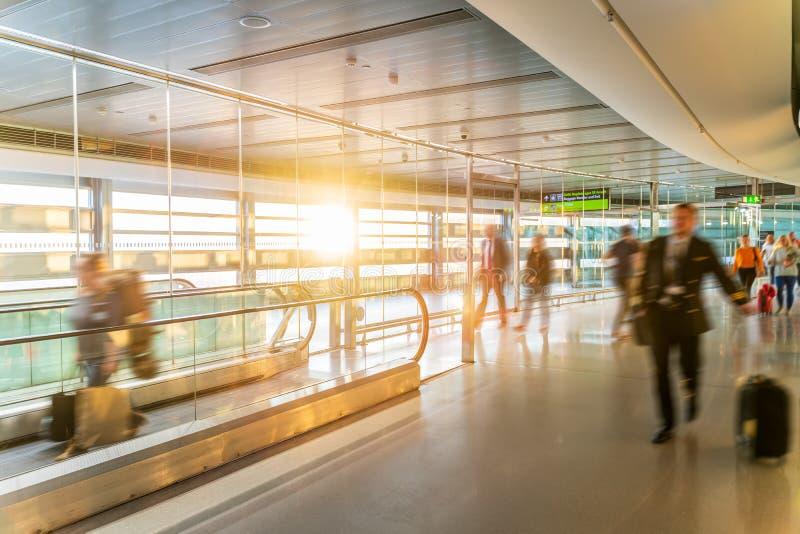 Lotnisko, ludzie ?pieszy si? dla ich lot?w, d?ugi korytarz, Dublin, wsch?d s?o?ca zdjęcie stock