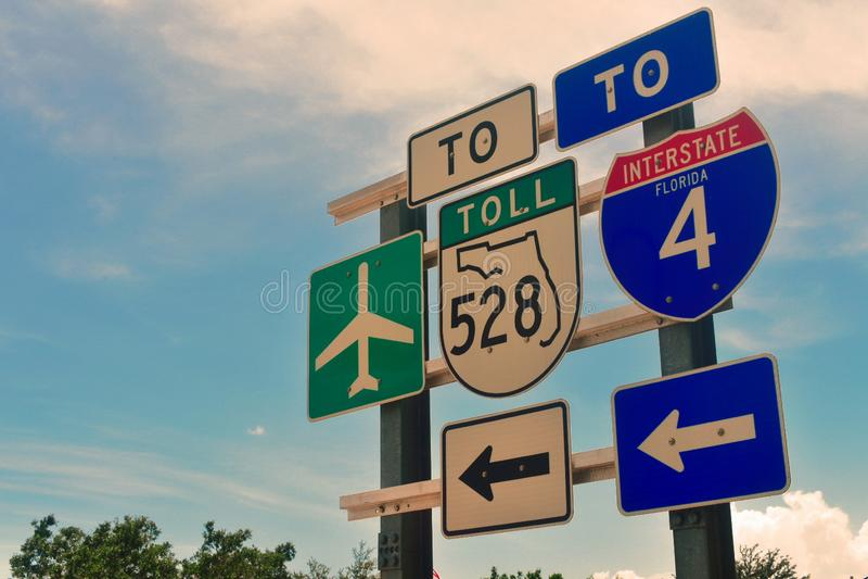 Lotnisko, Międzystanowi 4 podpisuje wewnątrz miejsce przeznaczenia Parkway blisko do Hilton hotelu, Orlando, Floryda zdjęcia stock