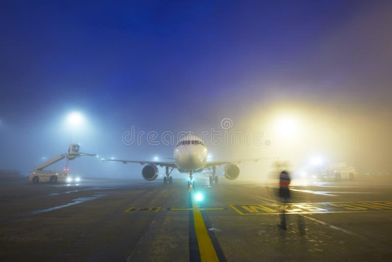 Lotnisko przy nocą zdjęcia stock