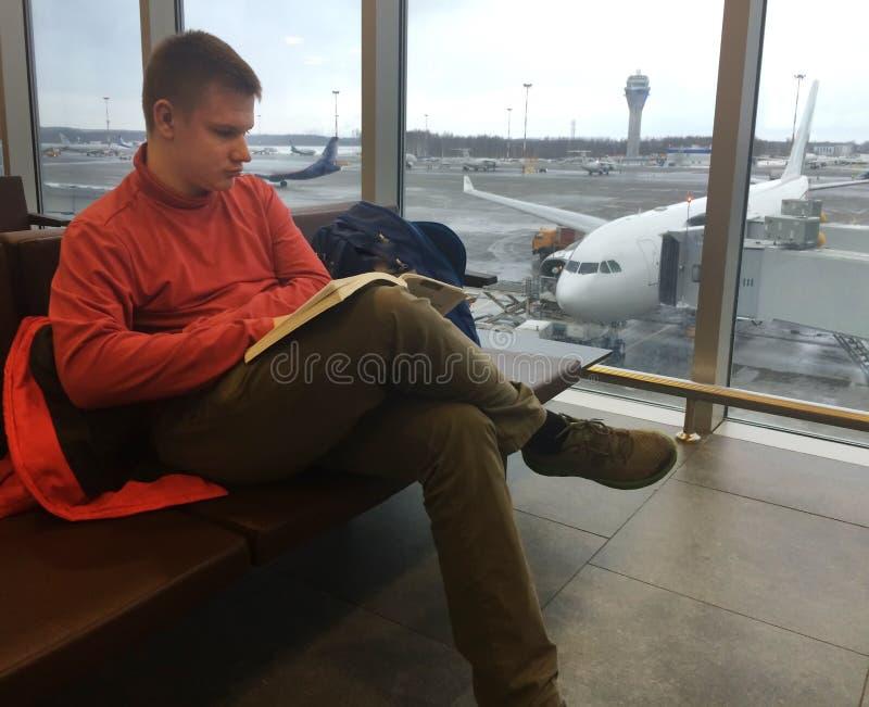 lotniskowego tła samolotu izbowa czekania okno kobieta Poczekalnia książkowy mężczyzna czyta potomstwa fotografia royalty free