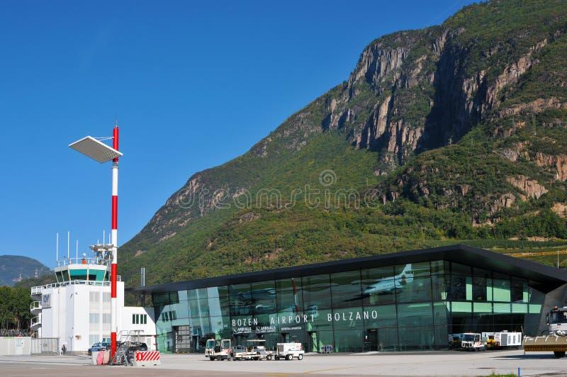 Lotniskowego Terminal i kontrola lotów wierza obrazy royalty free