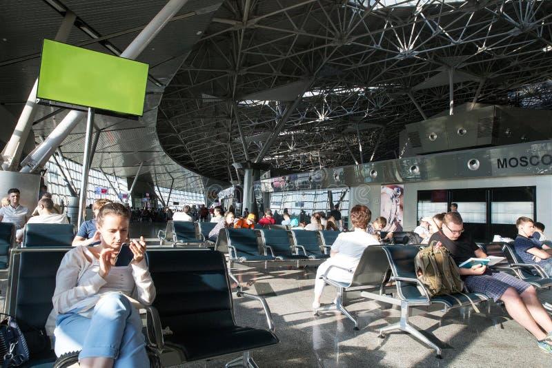 Lotniskowi Vnukovo waitung filght ludzie zdjęcia stock