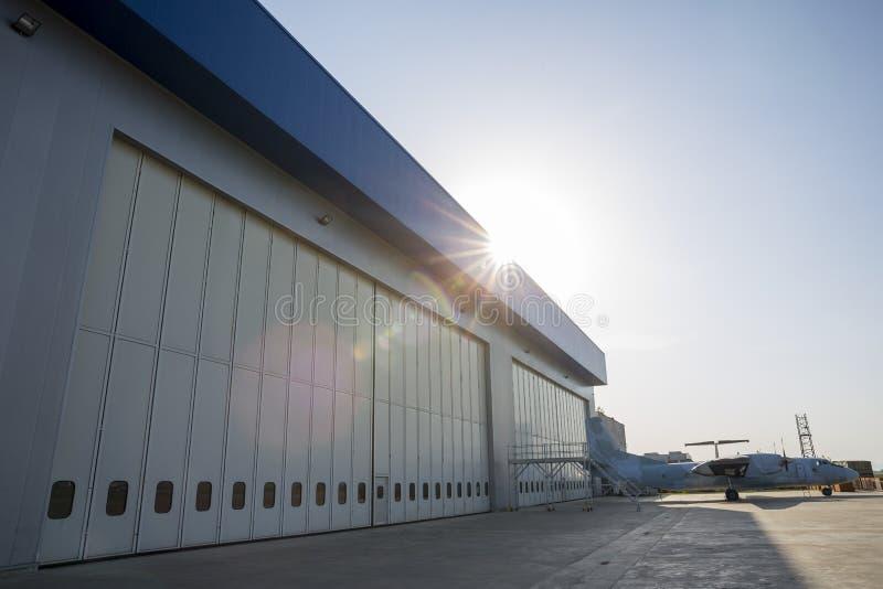 Lotniskowy hangar od outside fotografia royalty free