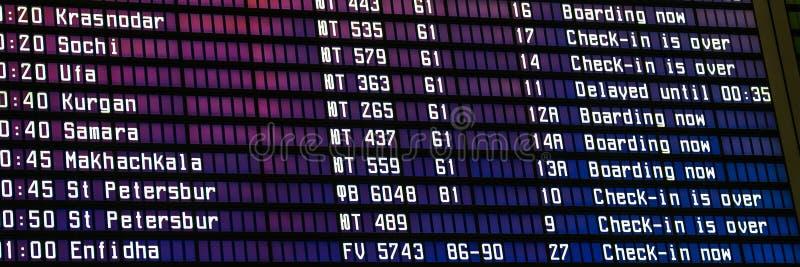 Lotniskowy lota rozkład z listą loty i informacja na rejestracji przy śmiertelnie zdjęcie stock