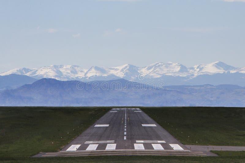 Lotniskowy pas startowy z górami w tle obrazy stock