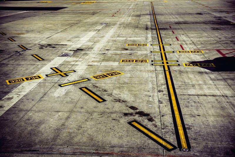 Lotniskowy pasa startowego ślad dla samolotów zdejmował obraz stock