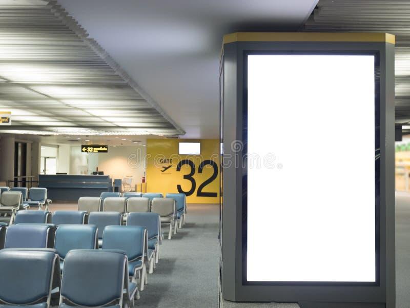 Lotniskowy reklamowej deski znaka pojęcie: Duża pusta reklama fotografia royalty free