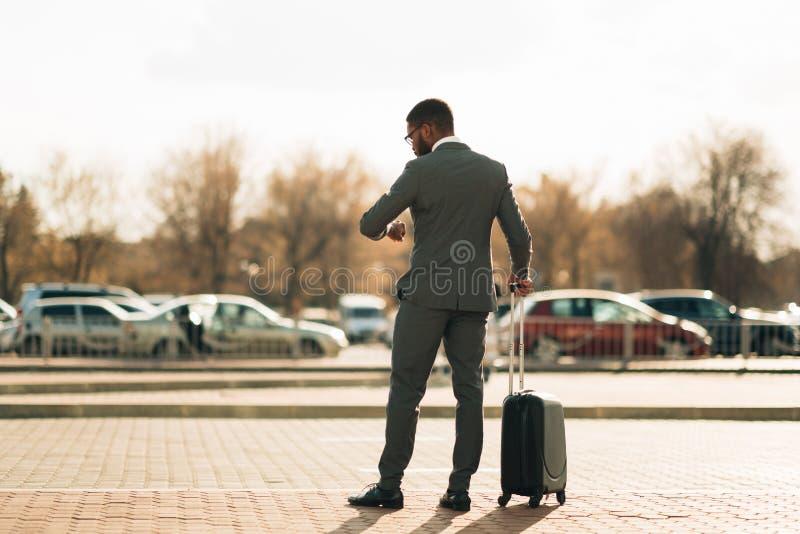 Lotniskowy taxi Biznesmen Czeka? Na taxi samoch?d zdjęcia stock