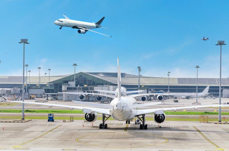 Lotniskowy widok z samolotem w parking, samolotowy lądowanie, płaski latanie w niebie obrazy royalty free