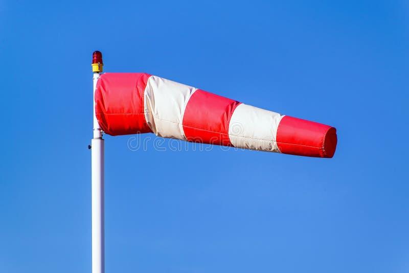 Lotniskowy windsock na niebieskiego nieba tle wskazuje miejscowego wiatrowy zgubnego obrazy royalty free