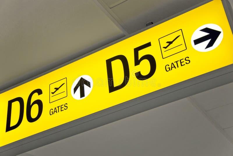 lotniskowy wyjściowy kierunku znaka kolor żółty fotografia stock