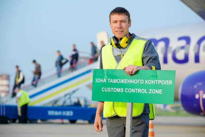 Lotniskowych pracowników zwyczajów samolotu mężczyzny szyldowa samiec fotografia royalty free
